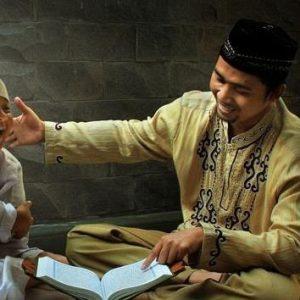 Orang-tua-mengajar-anak-baca-Quran